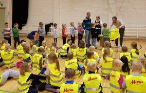 MURU-Ravintola jakaa 500 turvaliiviä ympäri Etelä-Suomea liikenneturvallisuuden edistämiseksi.
